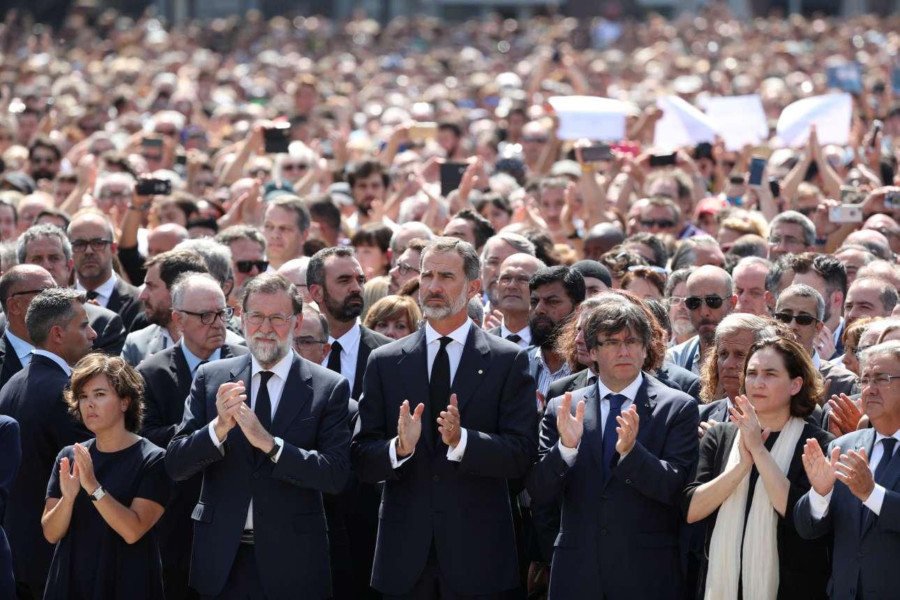 Παρασκευή, 18 Ιουλίου. Μία ημέρα μετά το τρομοκρατικό χτύπημα στην Λα Ράμπλα της Βαρκελώνης χιλιάδες κόσμος τήρησε ενός λεπτού σιγή για τα θύματα της επίθεσης. Ανάμεσά τους, ο βασιλιάς της Ισπανίας Φίλιππος και ο πρωθυπουργός της χώρας, Μαριάνο Ραχόι