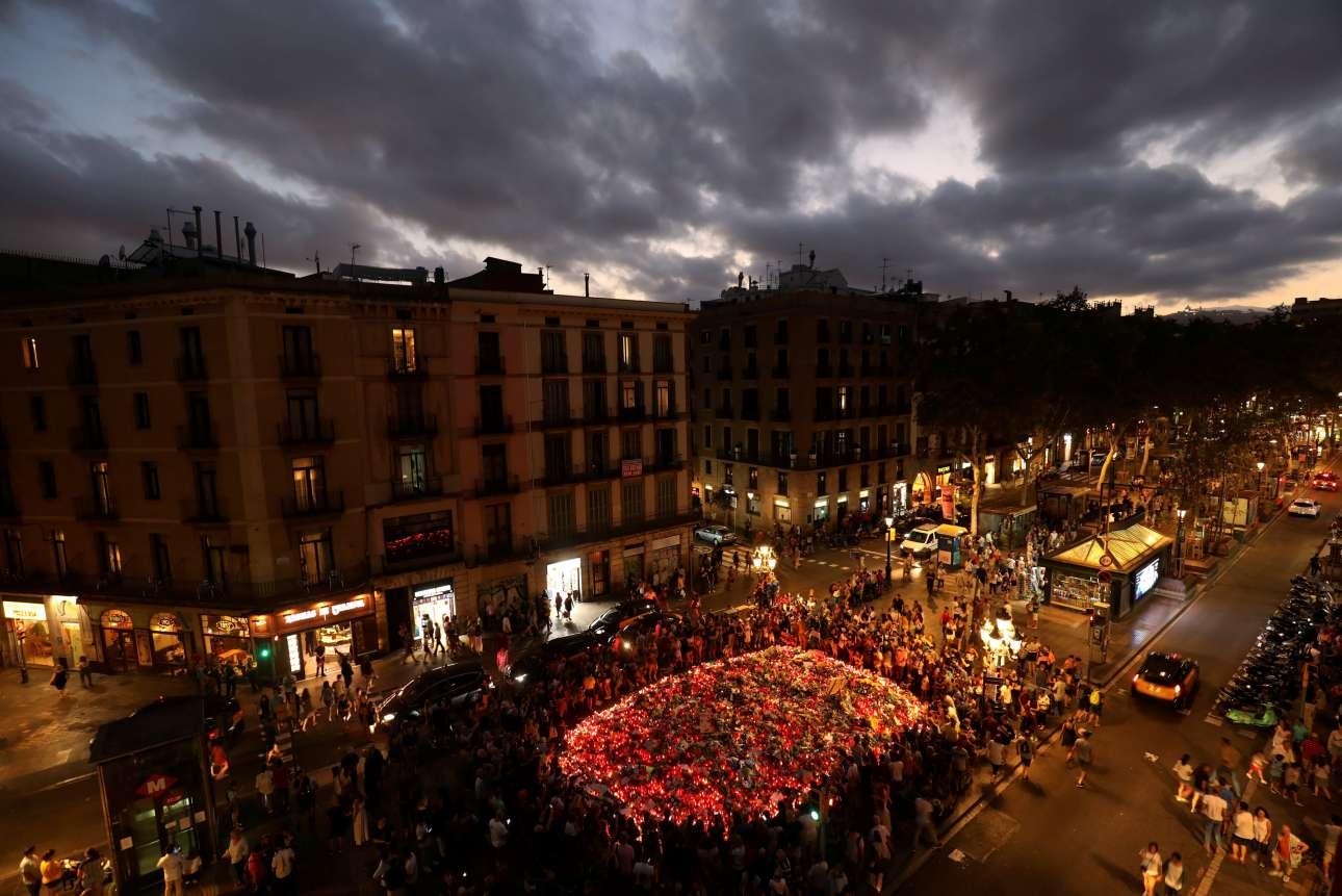 Δευτέρα, 21 Αυγούστου. Ο ουρανός έχει σκοτεινιάσει ενώ εκατοντάδες άνθρωποι συγκεντρώνονται στο σημείο της τρομοκρατικής επίθεσης στην Βαρκελώνη. Λουλούδια και ένα τελευταίο αντίο στα θύματα της τρομοκρατίας
