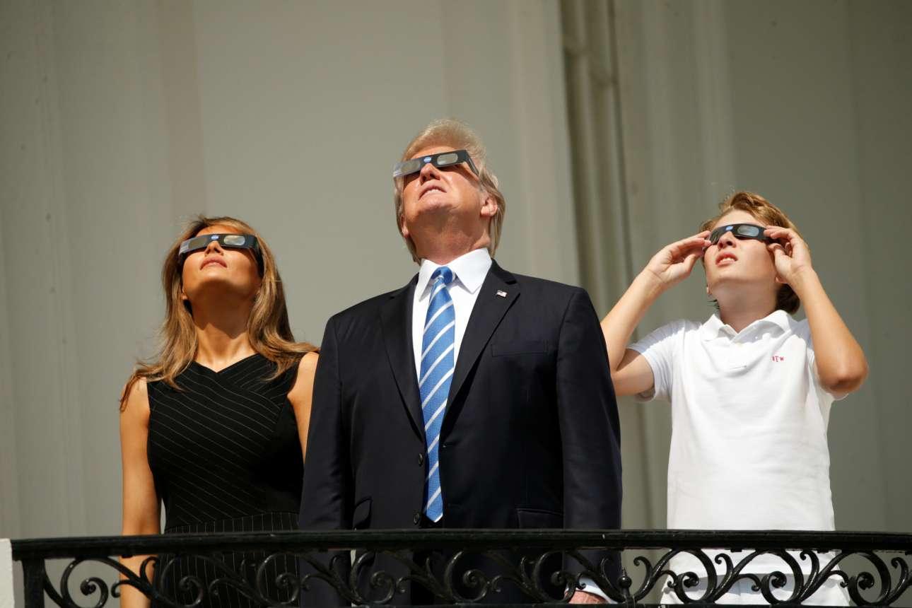 Η οικογένεια Τραμπ παρακολουθεί το εντυπωσιακό φαινόμενο από το μπαλκόνι τού Λευκού Οίκου