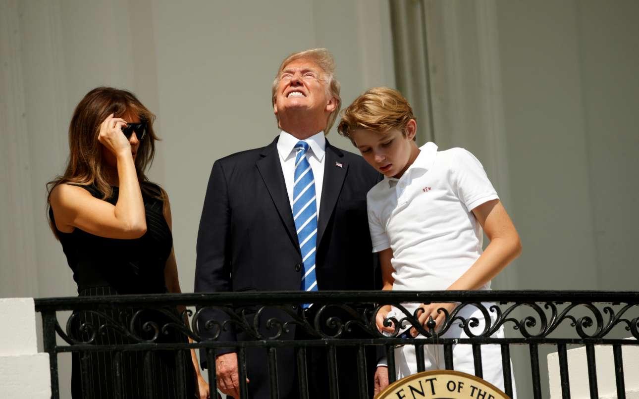 Ο Τραμπ, όμως, δεν άντεξε και κοίταξε χωρίς γυαλιά προς την έκλειψη - και το πάρτι στα κοινωνικά δίκτυα ξεκίνησε...