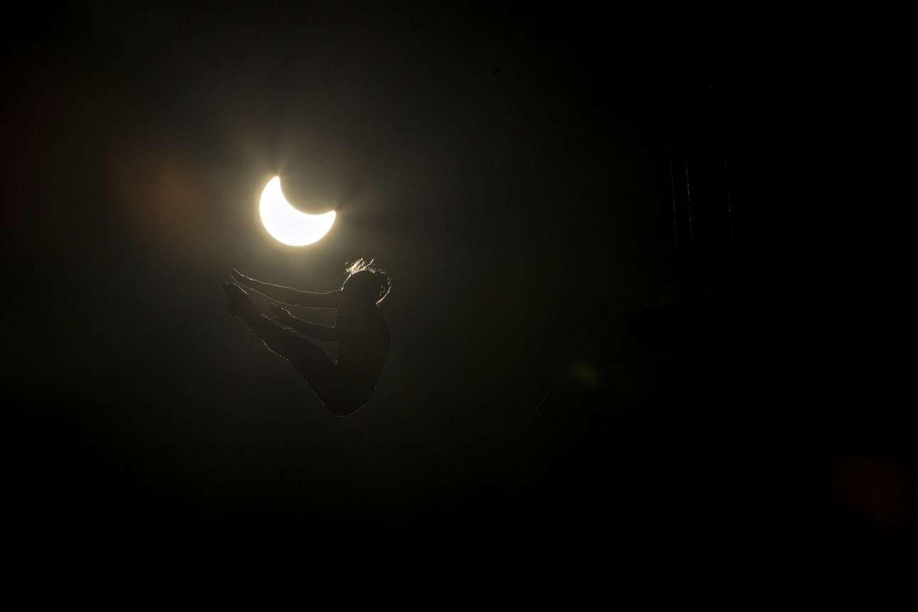 Η Ελενα Μέρτεν βουτάει σε πισίνα από ύψος 20 μέτρων με φόντο την ηλιακή έκλειψη, στο Ορεγκον των ΗΠΑ