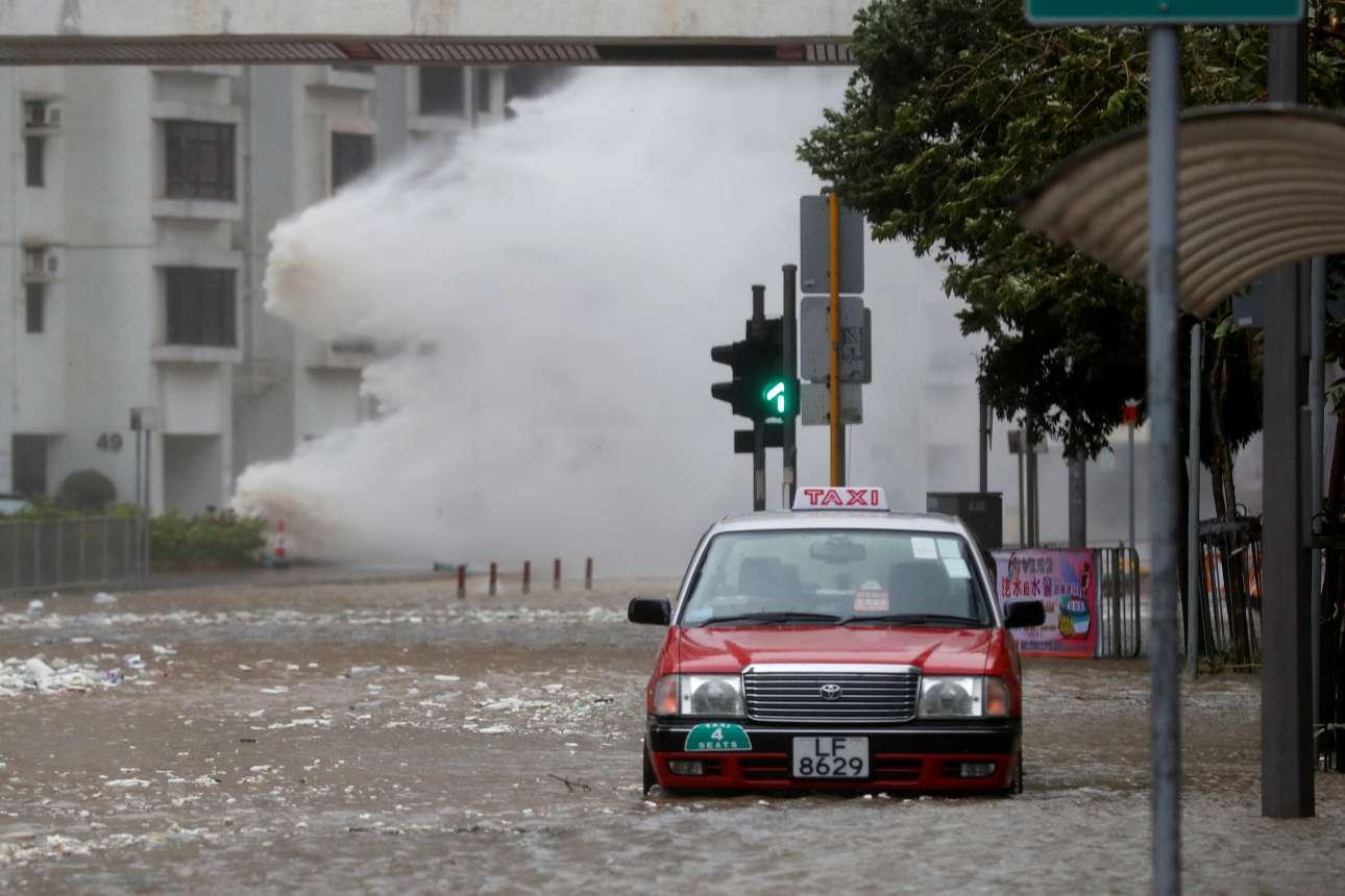 Τετάρτη, 23 Αυγούστου. Θα μπορούσε να είναι σκηνή από ταινία καταστροφής. Ενα τεράστιο κύμα πέφτει πάνω σε σπίτι ενώ οι δρόμοι έχουν πλημμυρίσει. Το καταστροφικό πέρασμα του τυφώνα Χάτο στο Χονγκ Κονγκ