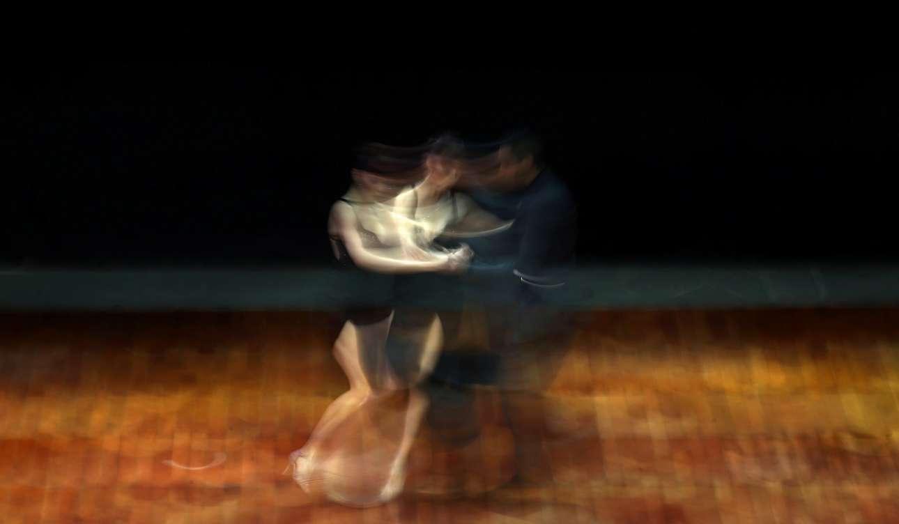 Πέμπτη, 24 Αυγούστου. Στιγμιότυπο από τον διεθνή διαγωνισμό τάνγκο που έλαβε χώρα στο Μπουένος Άιρες της Αργεντινής. Στο διαγωνισμό συμμετείχαν περισσότεροι από 2.000 χορευτές από όλο τον κόσμο