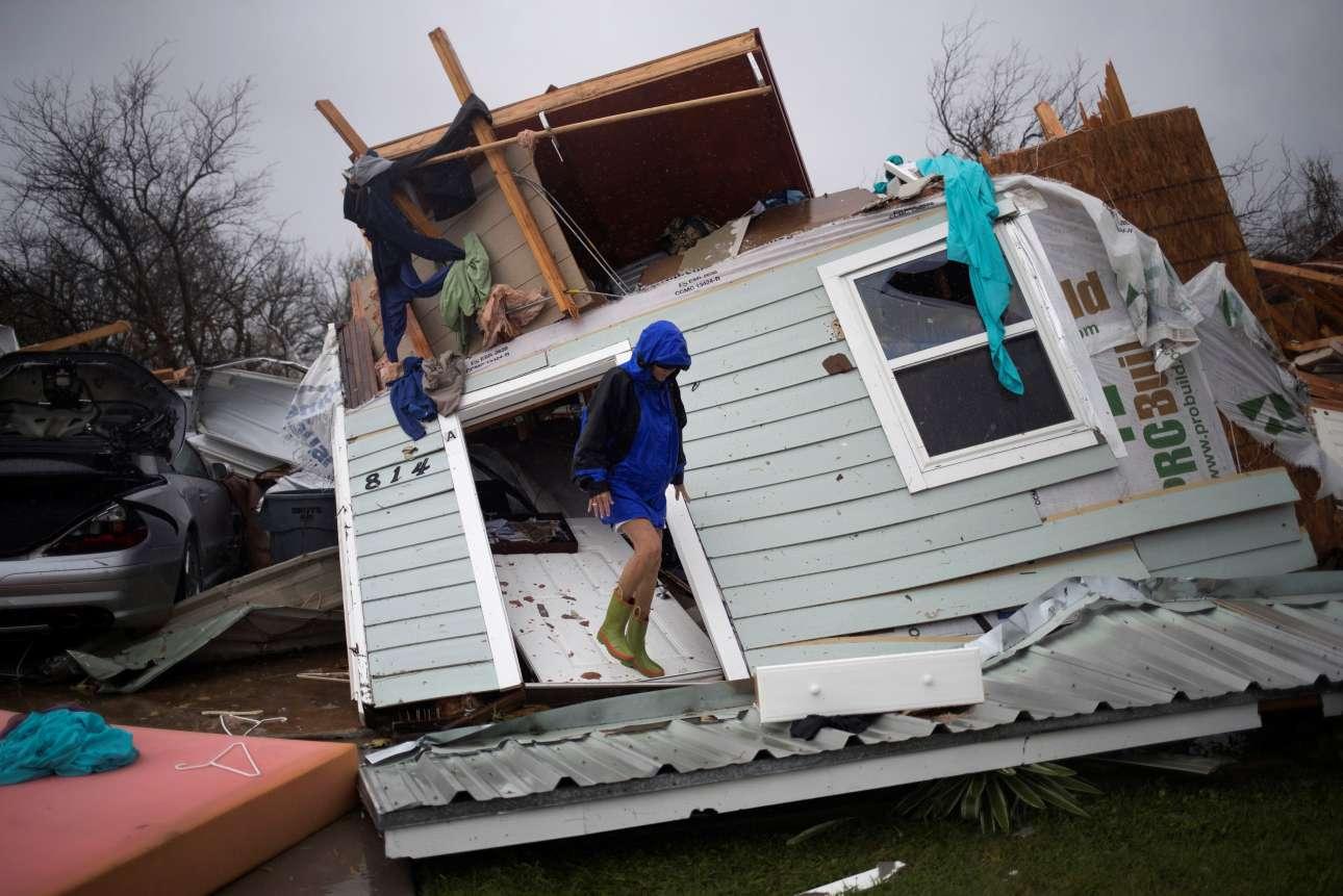 Κάποιοι επέστρεψαν στα κατεστραμμένα σπίτια τους για να σώσουν ό,τι μπορούσε να σωθεί