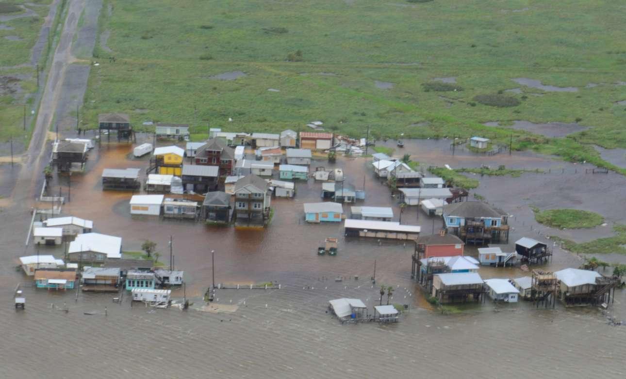 Ολόκληρες περιοχές πλημμύρισαν εξαιτίας των ισχυρών βροχοπτώσεων, που αναμένεται να συνεχιστούν παρά την εξασθένηση του Χάρβεϊ σε τροπική καταιγίδα