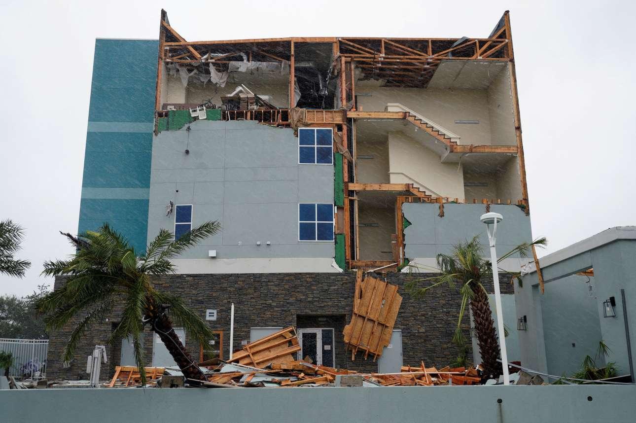 Εικόνες καταστροφής μετά το πέρασμα του τυφώνα