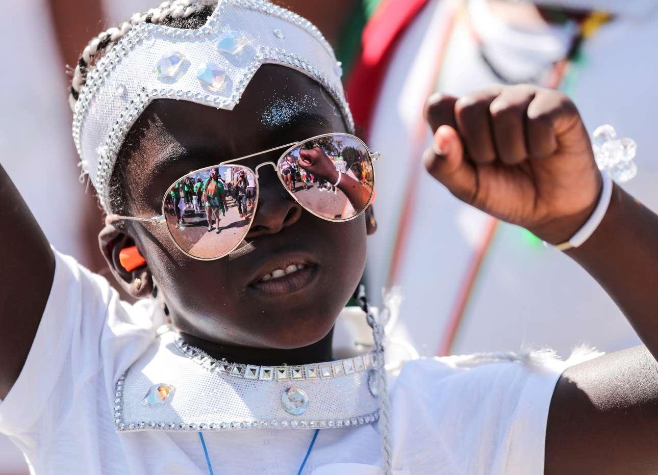 Ενας μικρός καρναβαλιστής «τα δίνει όλα» στην παιδική παρέλαση
