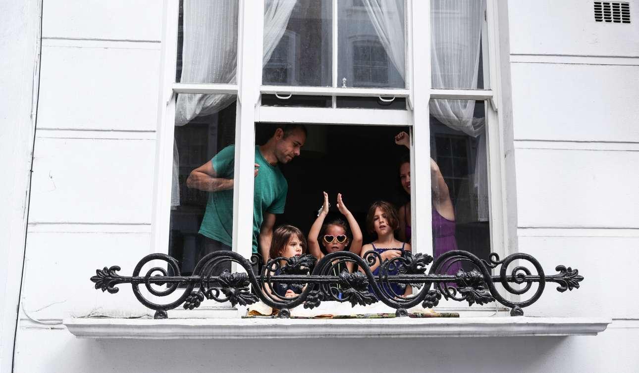 Μία οικογένεια παρακολουθεί από το παράθυρο του σπιτιού της στο πανέμορφο δρόμο του Πορτομπέλο