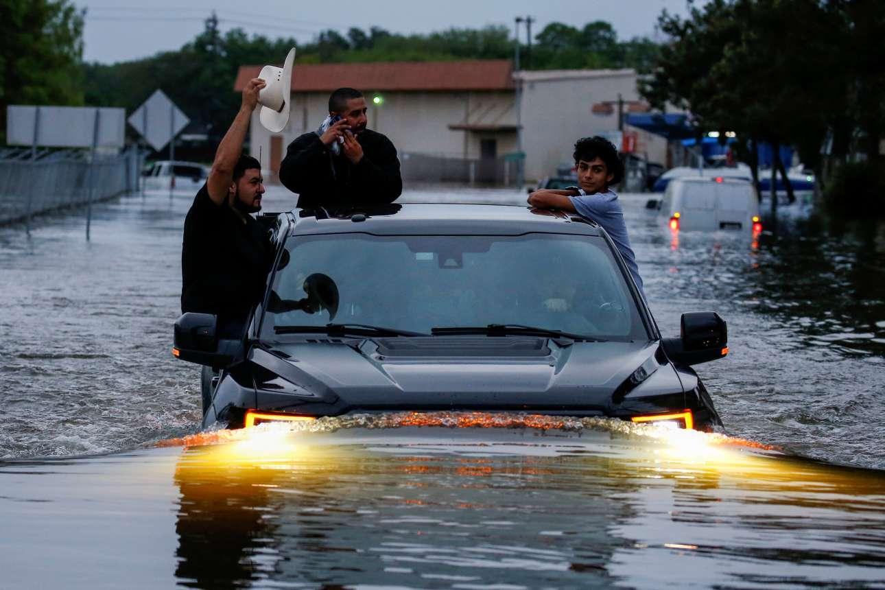 Δευτέρα, 28 Αυγούστου. Ενα αυτοκίνητο κινείται με μεγάλη δυσκολία σε έναν πλημμυρισμένο δρόμο του Χιούστον. Εικόνες απόλυτης καταστροφής μετά το πέρασμα του τυφώνα Χάρβεϊ