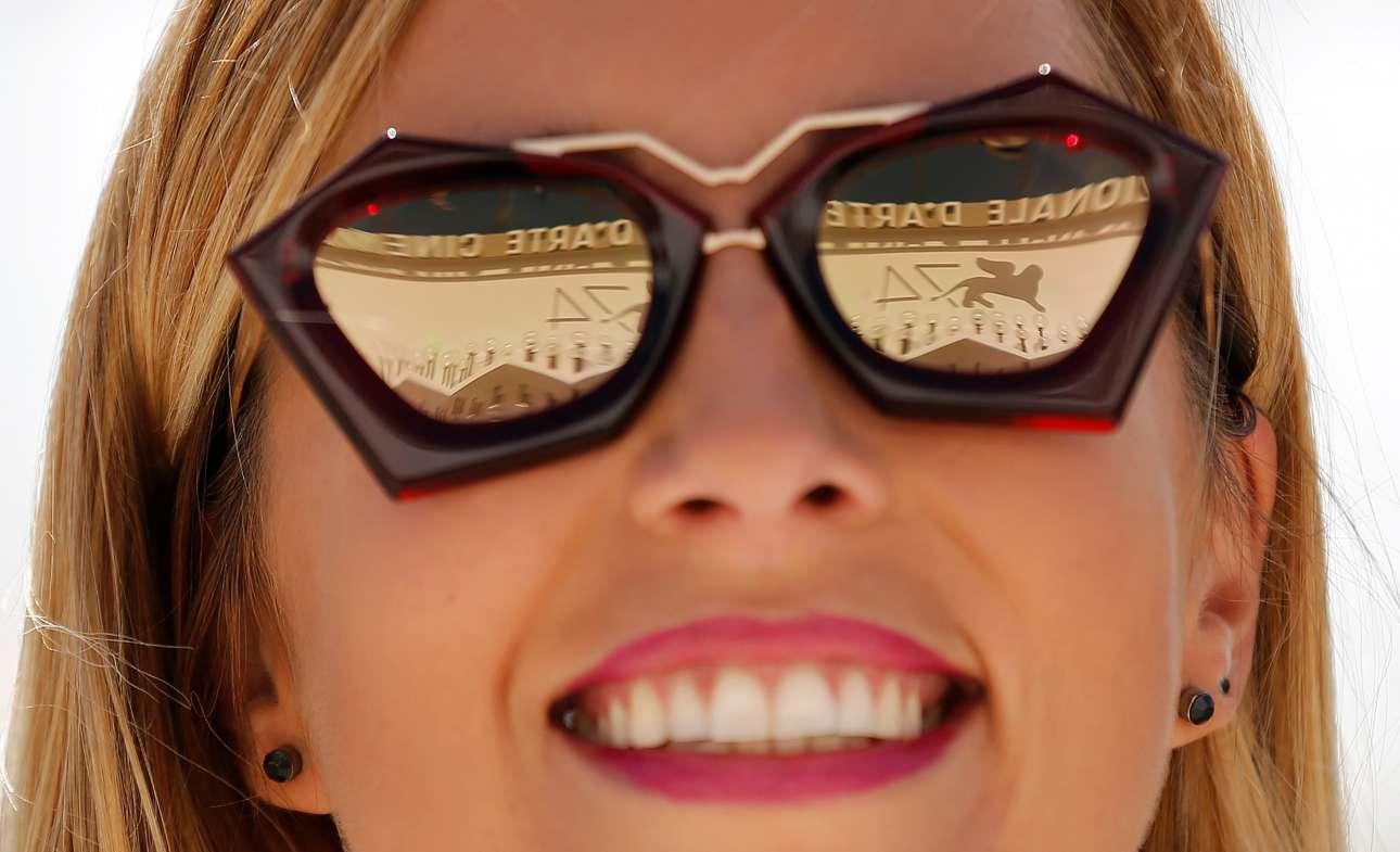 Το σήμα του 74ου Φεστιβάλ Βενετίας καθρεφτίζεται στα εντυπωσιακά γυαλιά μίας γυναίκας