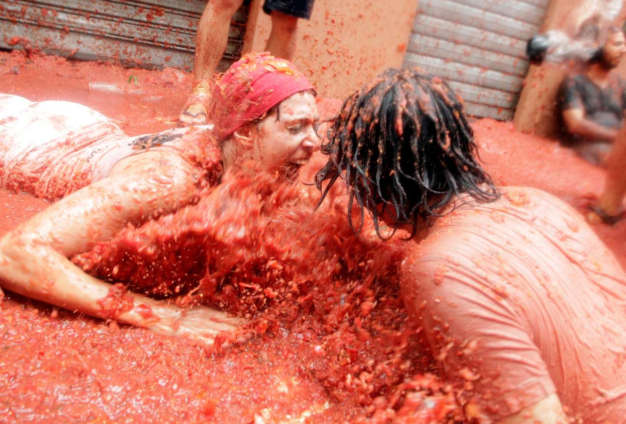 Ενα ζευγάρι «κολυμπάει» μέσα στον κόκκινο πολτό