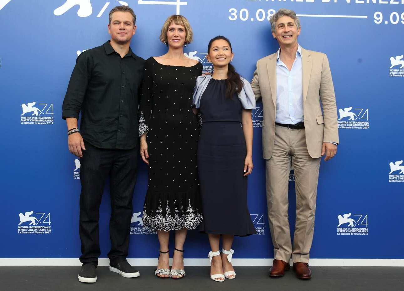 Ο σκηνοθέτης Αλεξάντερ Πέιν (δεξιά) ποζάρει με τους πρωταγωνιστές της ταινίας «Downsizing»: Ματ Ντέιμον, Κρίστεν Γουίγκ και Χονγκ Τσάου