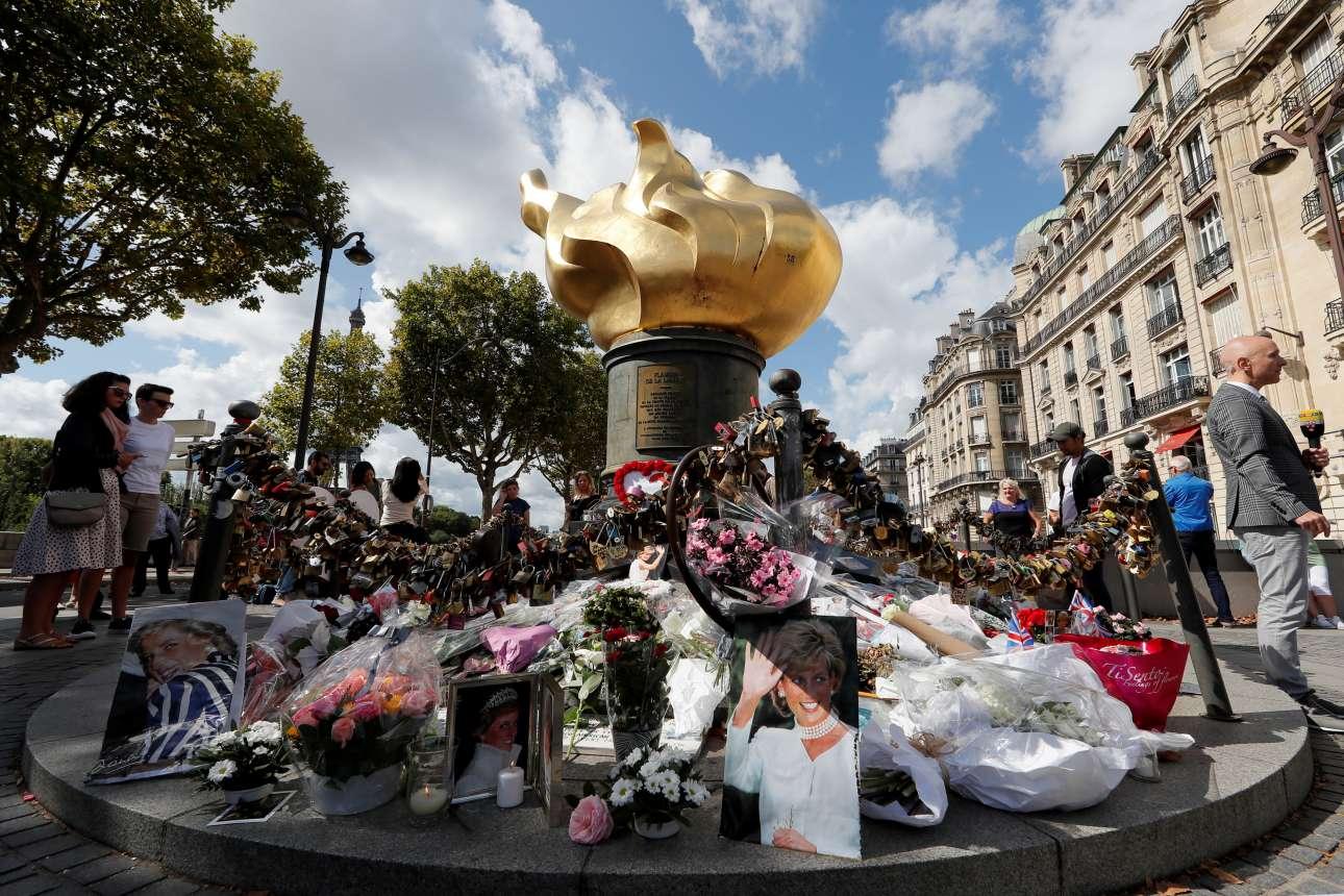 Πέμπτη, 31 Αυγούστου. Αρκετός κόσμος συγκεντρώθηκε στο μνημείο «Flamme de la Liberté» πάνω από το τούνελ Ποντ Ντ' Αλμά του Παρισιού όπου στις 31 Αυγούστου του 1997 έχασε την ζωή της σε αυτοκινητικό δυστύχημα η πριγκίπισσα Νταϊάνα της Ουαλίας. Ενας φόρος τιμής στην «πριγκίπισσα του λαού»