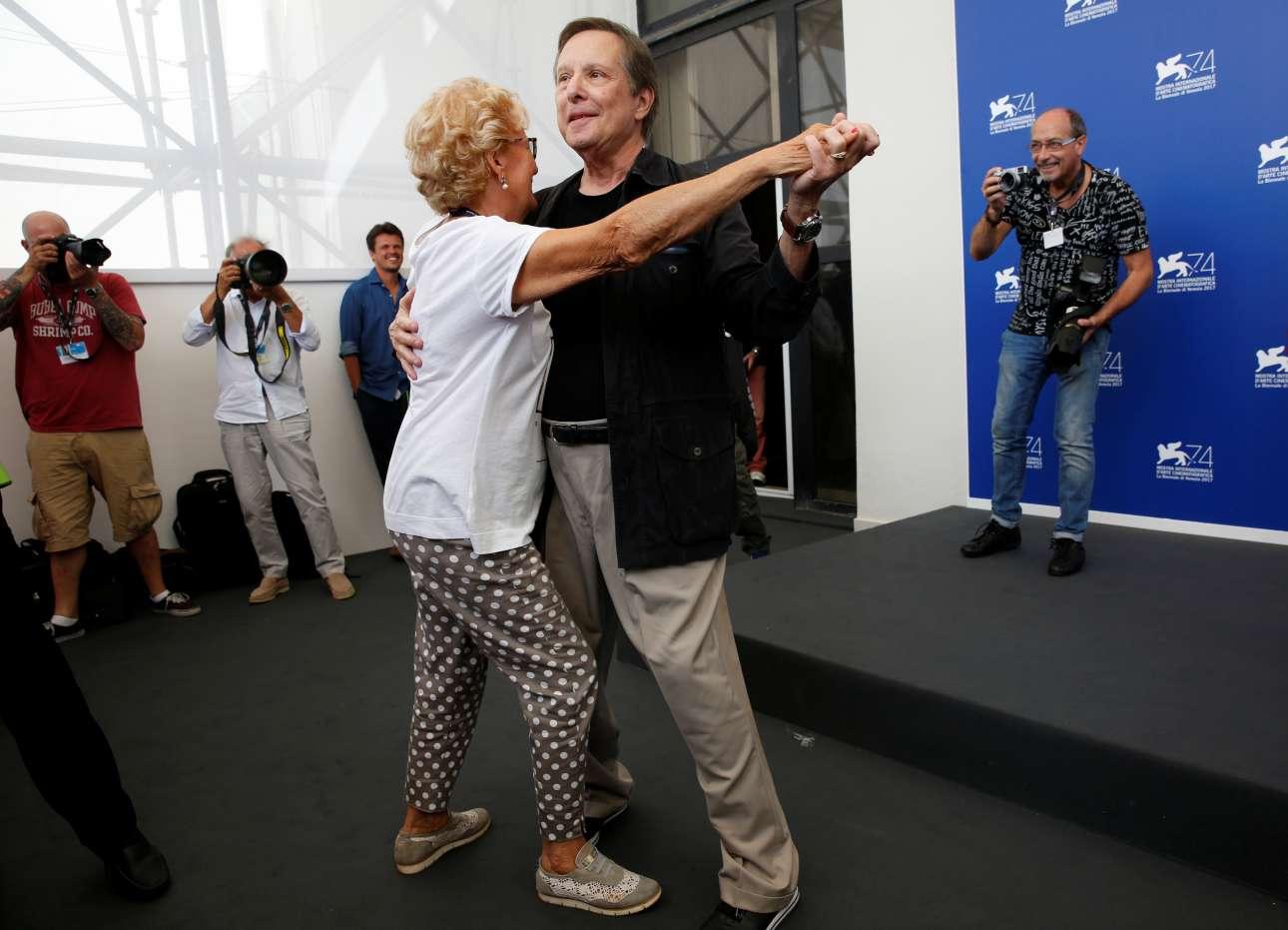 Ο σκηνοθέτης Γουίλιαμ Φρίντκιν χορεύει με μία φωτογράφο. Μετά τον θρυλικό «Εξορκιστή», ο Φρίντκιν επιστρέφει με μία νέα ταινία, το «The Devil and Father Amorth», για έναν αληθινό εξορκιστή του Βατικανού