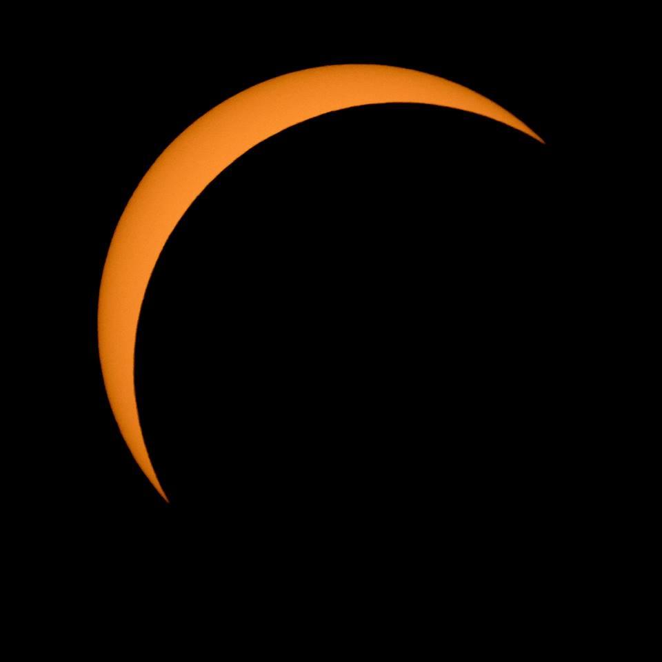 Η Σελήνη περνάει μπροστά από τον Ηλιο, καλύπτοντάς τον σχεδόν ολόκληρο