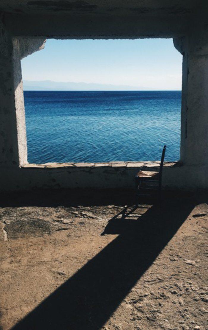 «Παράθυρο στη θάλασσα». Ενα υπέροχο, μοναχικό κάδρο