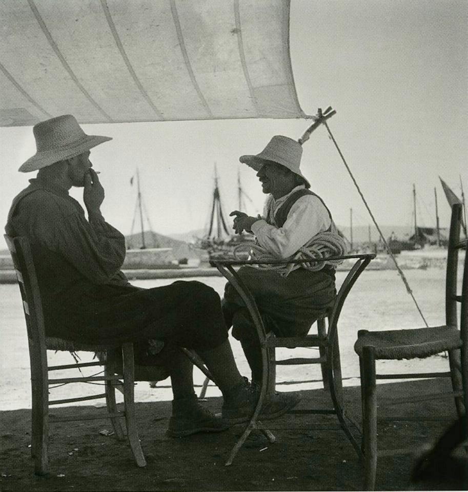 Δύο άνδρες με βράκες και ψάθινα καπέλα σε καφέ της Νάξου, 1950-55