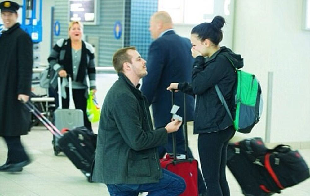Ενα ρομαντικό στιγμιότυπο. Πρόταση γάμου σε αεροδρόμιο