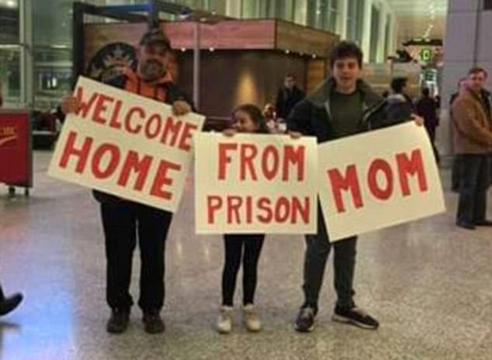 Μία οικογένεια υποδέχεται την μαμά... πρώην εγκληματία, από τη φυλακή