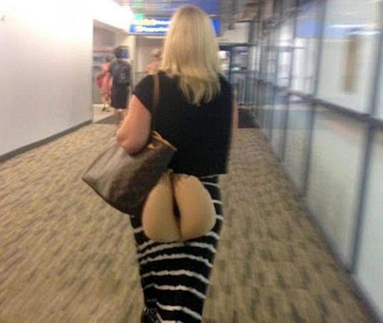 «Υπάρχει ο σωστός και ο ΛΑΘΟΣ τρόπος να μεταφέρεις το μπεζ μαξιλαράκι λαιμού» έγραψε ο χρήστης που ανέβασε την παραπάνω φωτογραφία