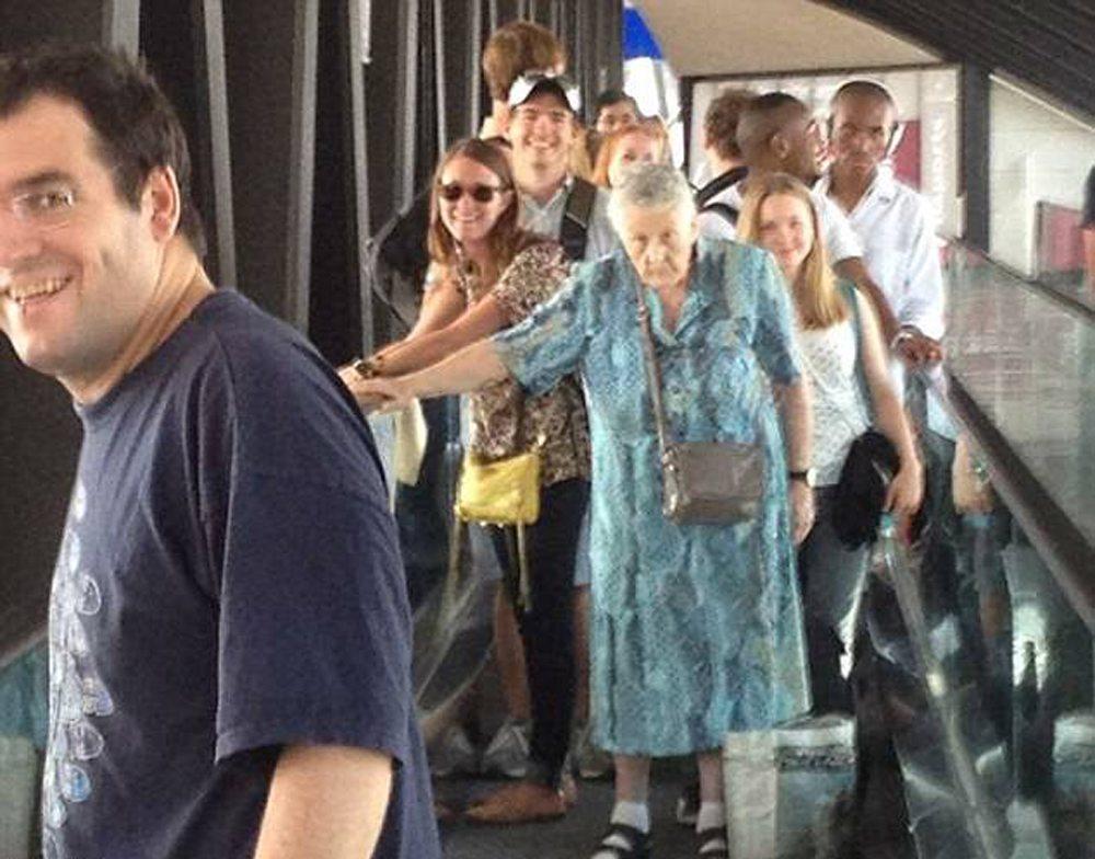 Μία ηλικιωμένη κυρία δεν έχει καταλάβει ότι εμποδίζει τους υπόλοιπους στον διάδρομο. Ή ισως να μην την νοιάζει
