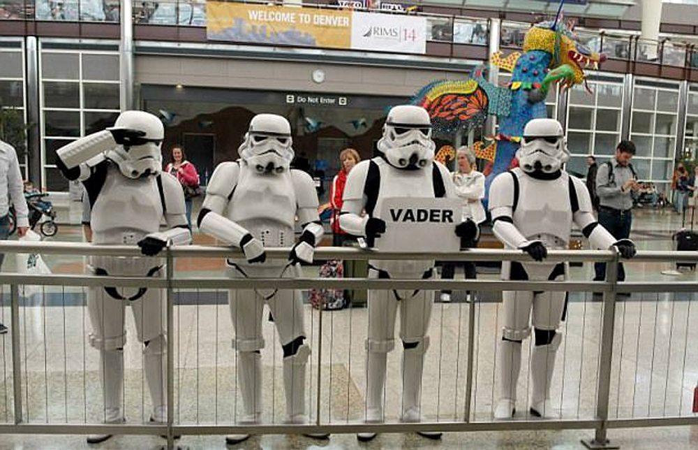 Μία παρέα Stormtroopers περιμένει τον θρυλικό «κακό» του κινηματογράφου, τον Νταρθ Βέιντερ