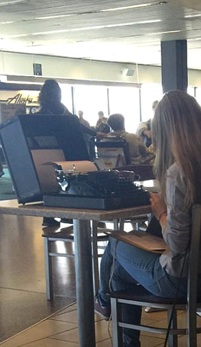 Αναμένοντας την πτήση παρέα με μια γραφομηχανή!