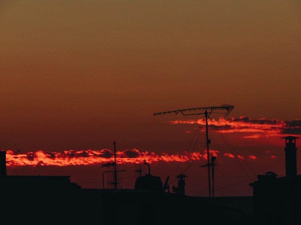 «Σηκωθείτε και χαιρετήστε τον ήλιο» γράφει στη λεζάντα η φωτογράφος
