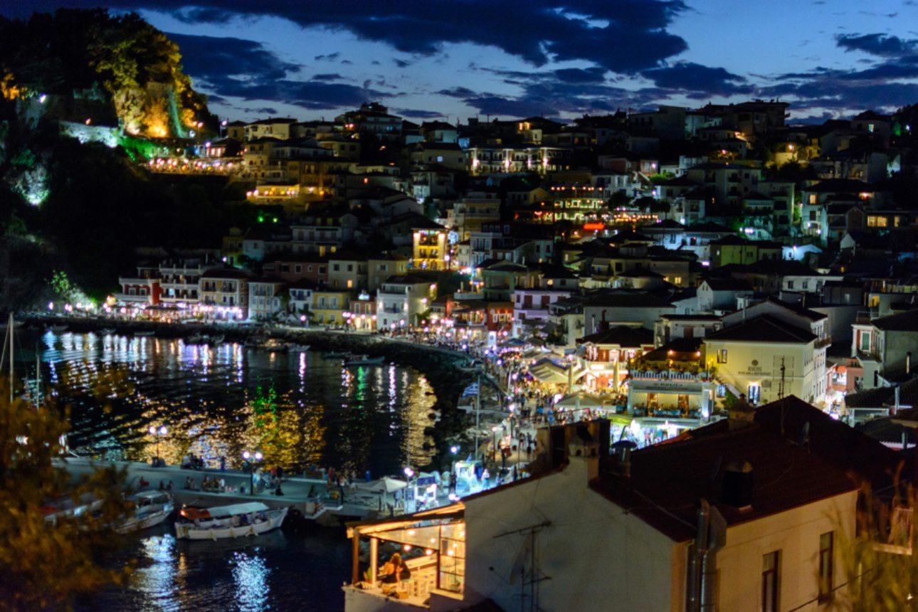 «Νυχτερινή Πάργα». Το γραφικό λιμάνι της Πάργας «ζωντανεύει» το βράδυ