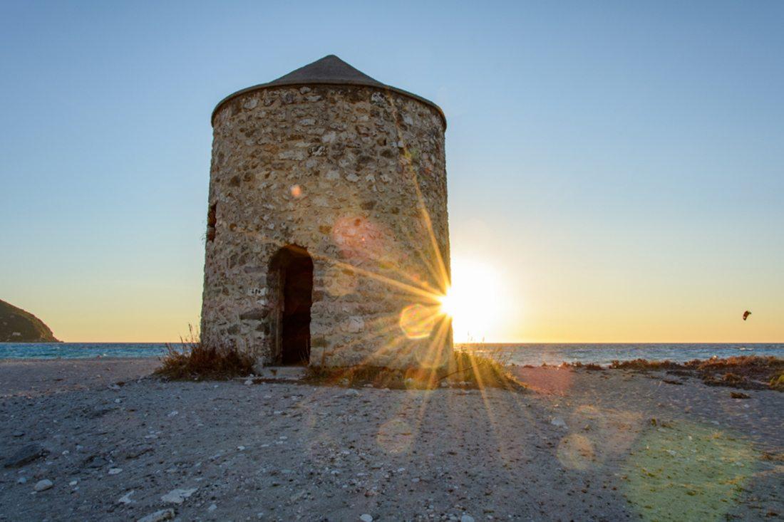 Οι αγαπημένοι ανεμόμυλοι, εκεί σε κάθε γωνιά της Ελλάδας να μας θυμίζουν το καλοκαίρι
