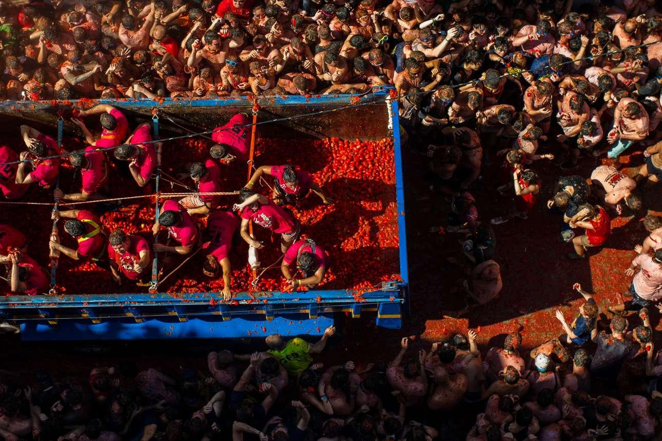 Η «Τοματίνα» ξεκίνησε το 1945, όταν ένας καυγάς μεταξύ κατοίκων εξελίχθηκε σε ντοματοπόλεμο. Εκτοτε έχει αποκτήσει φανατικούς θαυμαστές, οι οποίοι έρχονται από κάθε γωνιά του κόσμου για να συμμετάσχουν στην ισπανική γιορτή