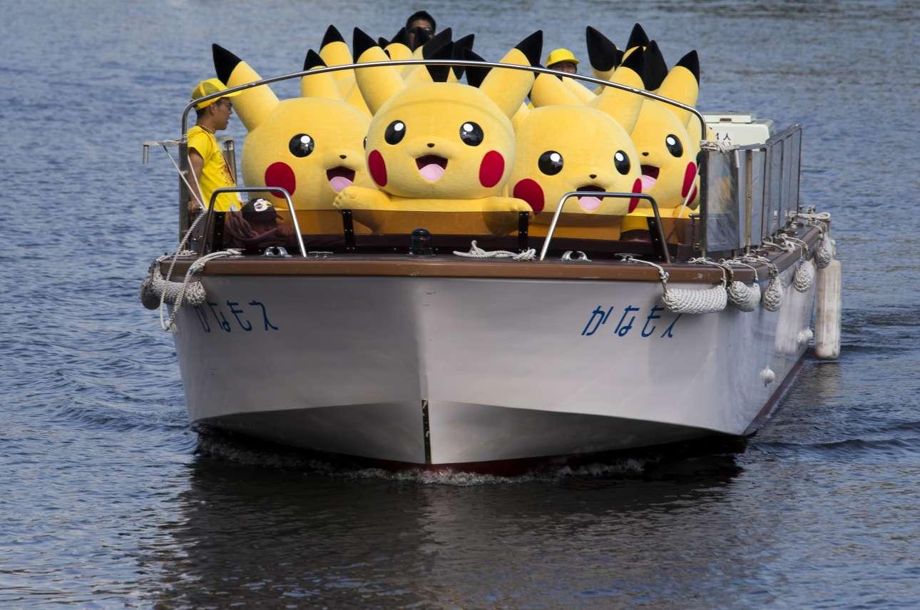 Τετάρτη, 9 Αυγούστου. Μονο στον μαγικό κόσμο της Ιαπωνίας, θα μπορούσε ένα καράβι γεμάτο πίκατσου να πλέει στην θάλασσα. Οι άνθρωποι φόρεσαν τις στολές του γνωστού χαρακτήρα από τον κόσμο των Πόκεμον προκειμένου να παρακολουθήσουν εκδήλωση που οργάνωσε η ιαπωνική εταιρεία Pokemon στην Γιοκοχάμα
