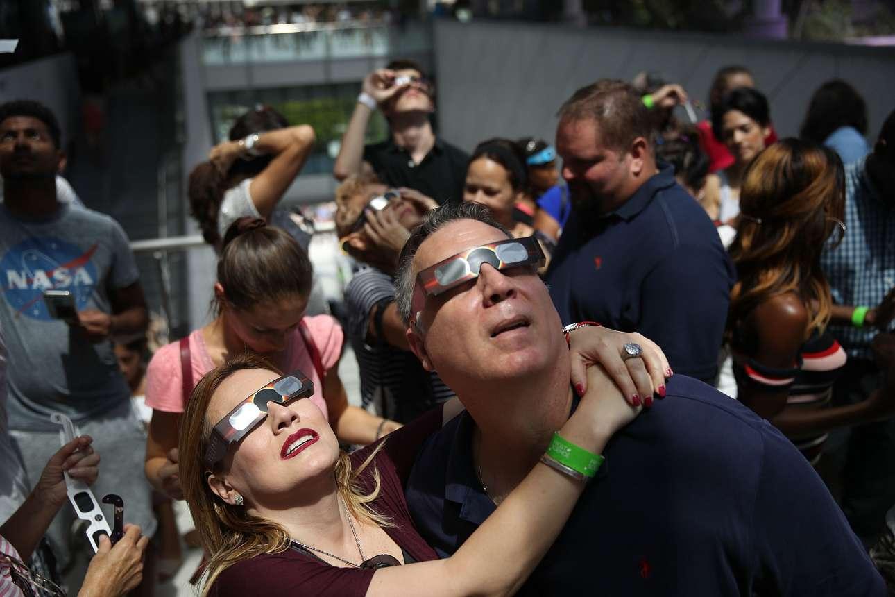 Ζευγάρι παρακολουθεί αγκαλιασμένο την έκλειψη ηλίου στο Μαϊάμι