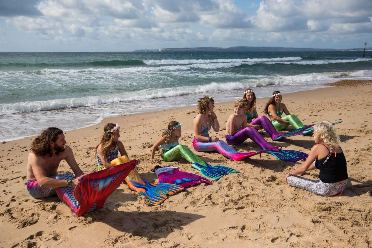 Τρίτη, 22 Αυγούστου. Ανδρες και γυναίκες, μικροί και μεγάλοι παρακολουθούν ένα μάθημα «γοργονικής» σε παραλία του Μπόρνμουθ της Αγγλίας