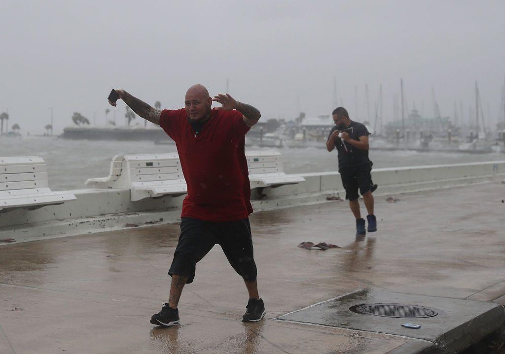 Σάββατο, 26 Αυγούστου. Στο Τέξας ο τυφώνας Χάρβεϊ καταστρέφει τα πάντα στο πέρασμά του. Και δύο άνθρωποι στον δρόμο, δίνουν μάχη για να κρατηθούν στα πόδια τους