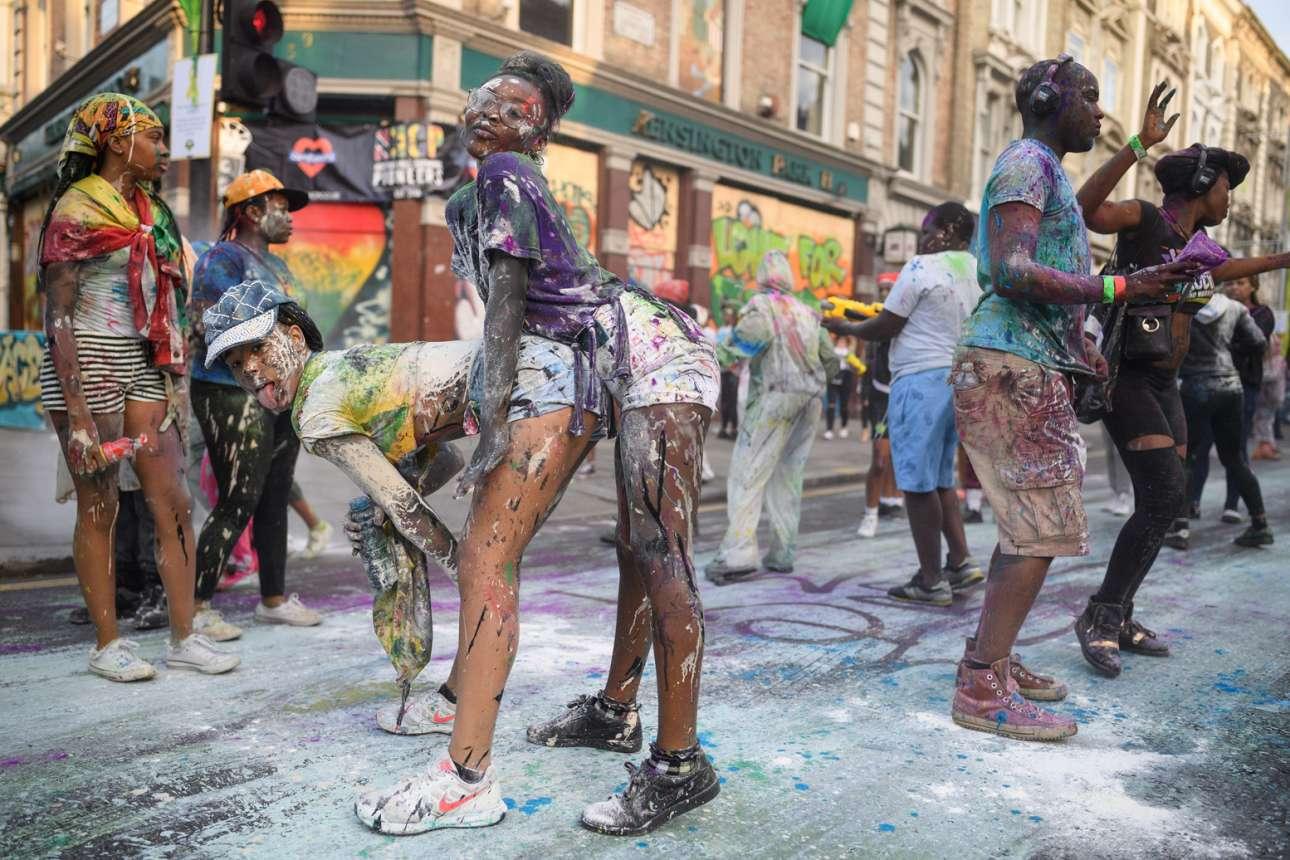 Χρώματα και χορός στους δρόμους του δυτικού Λονδίνου, στην εναρκτήρια παρέλαση