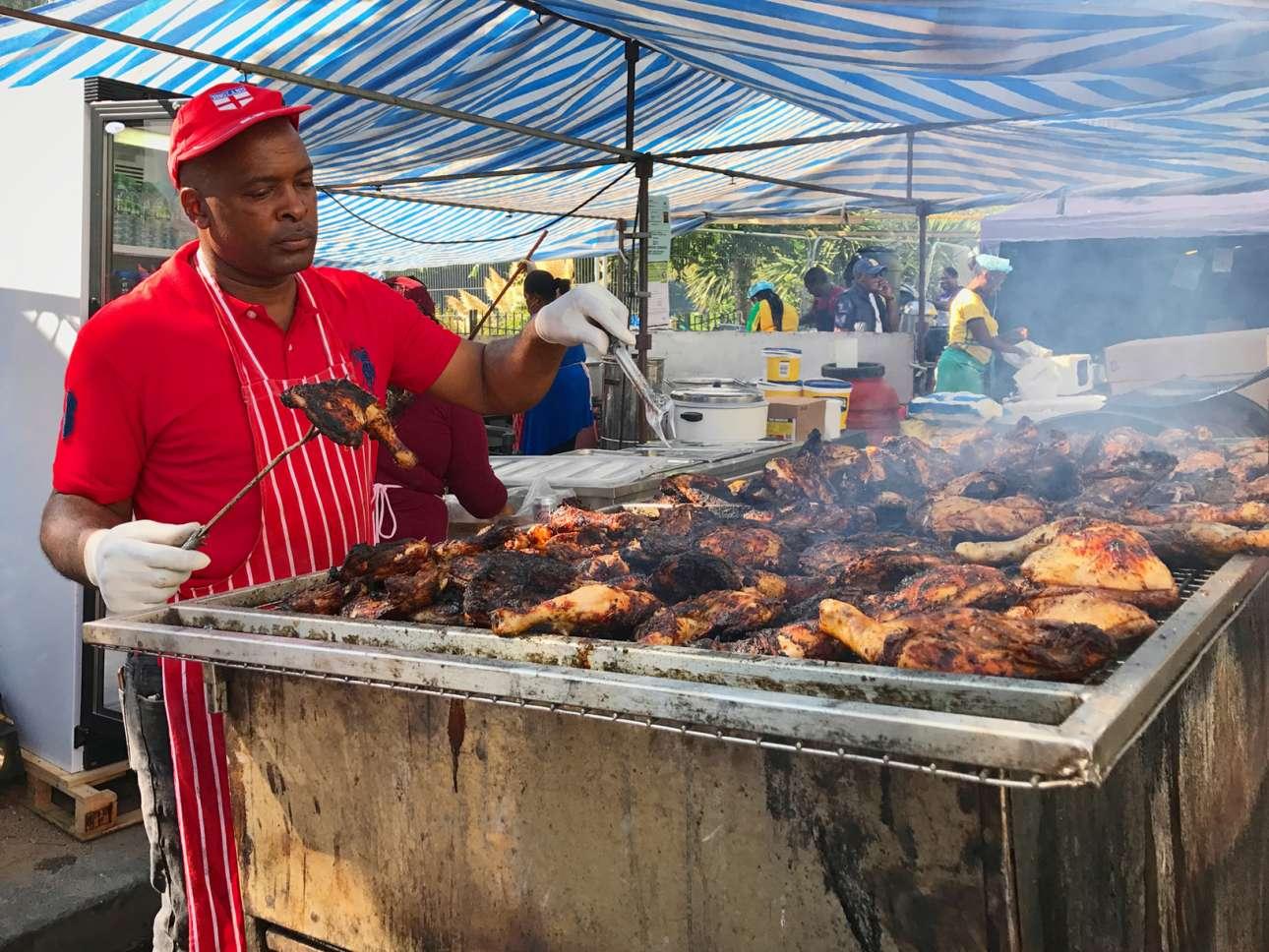 Η χαρακτηριστική λιχουδιά του καρναβαλιού, το κοτόπουλο «τζερκ» της τζαμαϊκανής κουζίνας