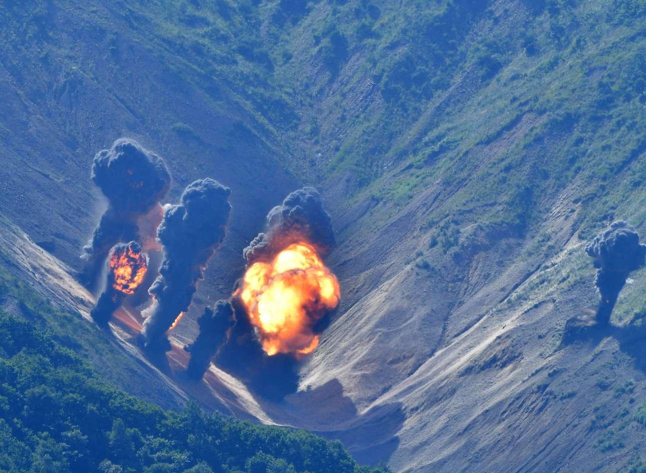 Πέμπτη, 31 Αυγούστου. Τα πολεμικά αεροσκάφη των ΗΠΑ και της Νότιας Κορέας έκαναν εικονικό βομβαρδισμό, ο οποίος προσομοίασε χειρουργικής ακρίβειας χτυπήματα σε εγκαταστάσεις κλειδιά της Βόρειας Κορέας πάνω από το πεδίο Pilseung, στην επαρχία Γκάνγκγουον, στο νότιο τμήμα της Νότιας Κορέας