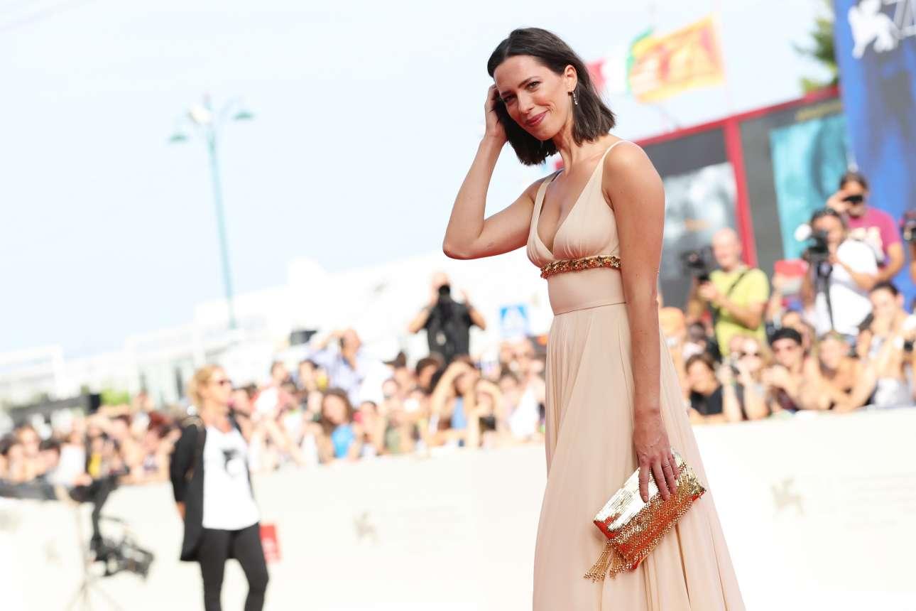Η Ρεμπέκα Χολ, ηθοποιός και μέλος της φετινής κριτικής επιτροπής του φεστιβάλ, σε μία αμήχανη πόζα