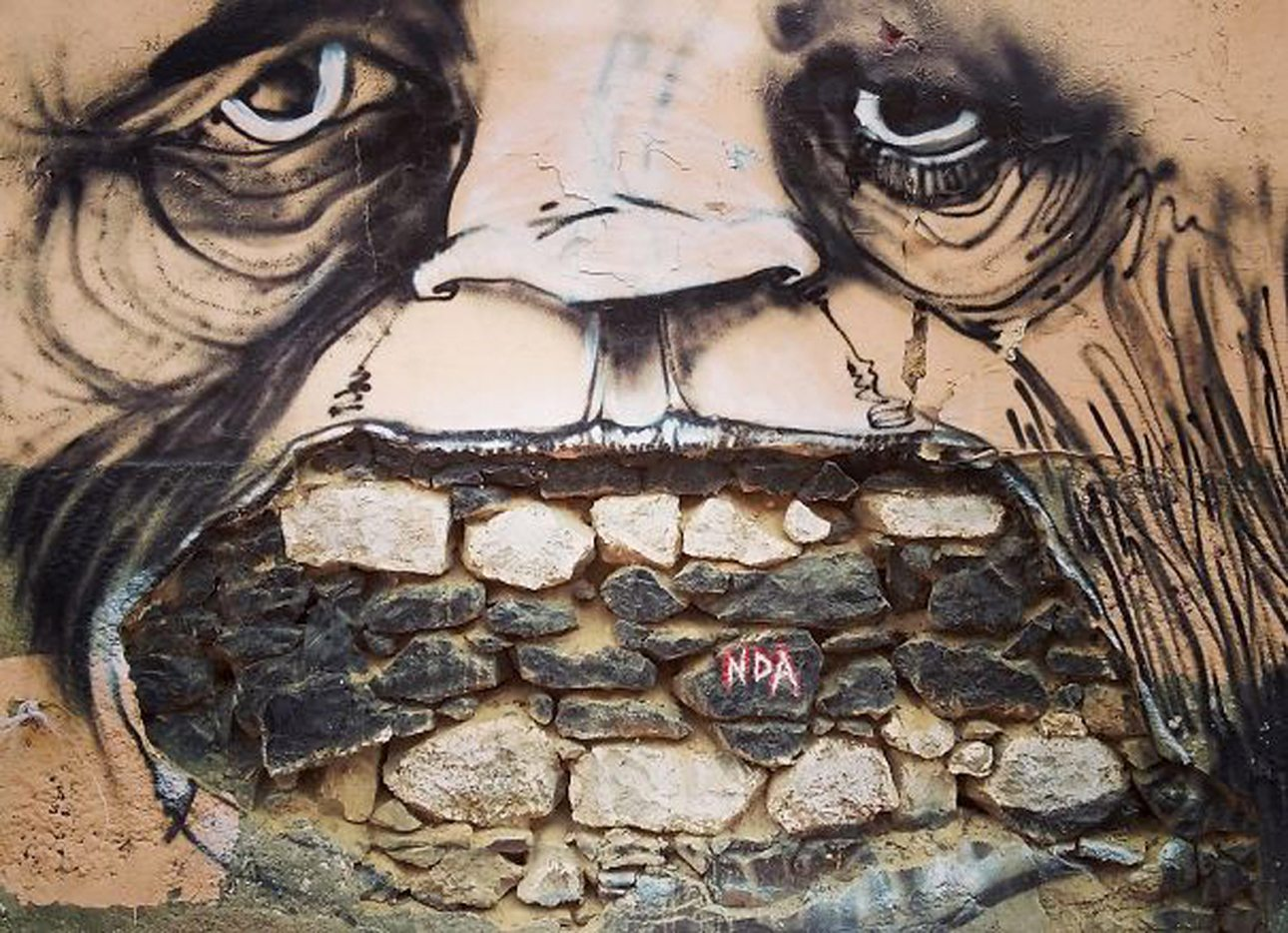 Ενα χαμόγελο με πέτρες αντί για δόντια σε γειτονιά της Αθήνας