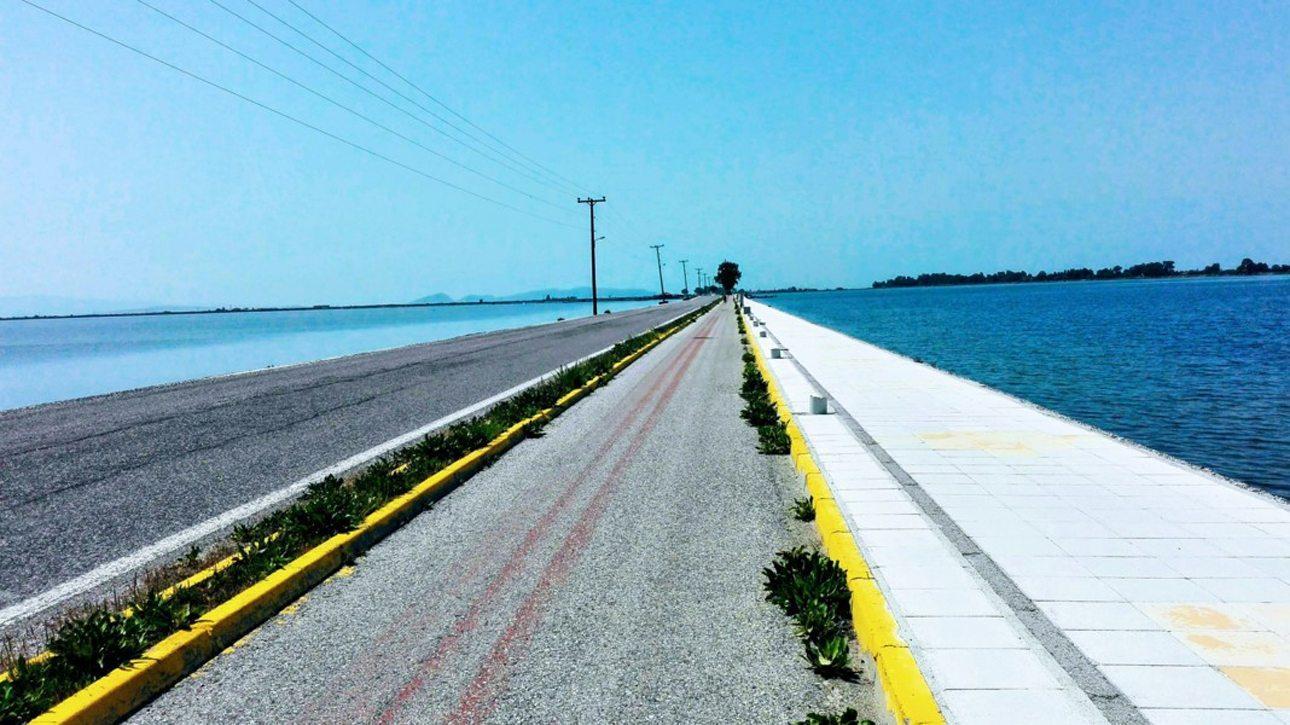 Προοπτική και χρώμα. Ο δρόμος και o ποδηλατόδρομος στη λιμνοθάλασσα του Μεσολογγίου