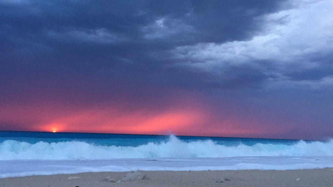 Μετά την ισχυρή καταιγίδα «Μέδουσα», ο ήλιος δύει στην παραλία Κάθισμα της Λευκάδας, συνθέτοντας ένα πανέμορφο σκηνικό