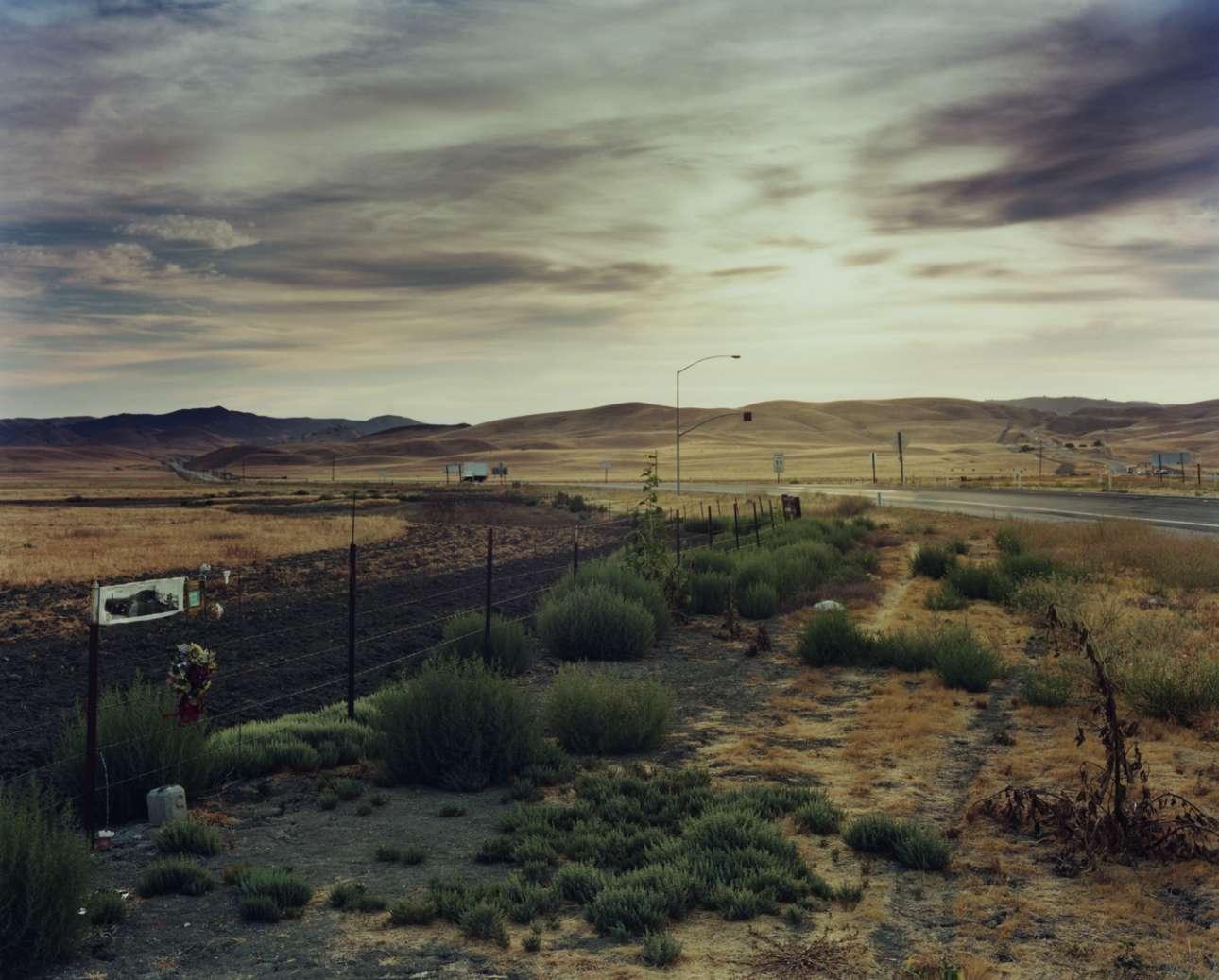 Τζέιμς Ντιν, Route 46, Καλιφόρνια, 30 Σεπτεμβρίου του 1955. Οδηγώντας την Porsche του, ο Τζέιμς Ντιν βλέπει ένα αυτοκίνητο στο βάθος. «Μας είδε, θα σταματήσει» καθησυχάζει τον συνοδηγό του. Ομως ο οδηγός του Ford δεν είχε δει τίποτα καθώς το όχημα ήταν πολύ ψηλό. Η σύγκρουση είναι αναπόφευκτη. Ο συνοδηγός γλιτώνει, αλλά τα πόδια του Ντιν κολλάνε στο πετάλι και σπάει ο λαιμός του μετά την πρόσκρουση