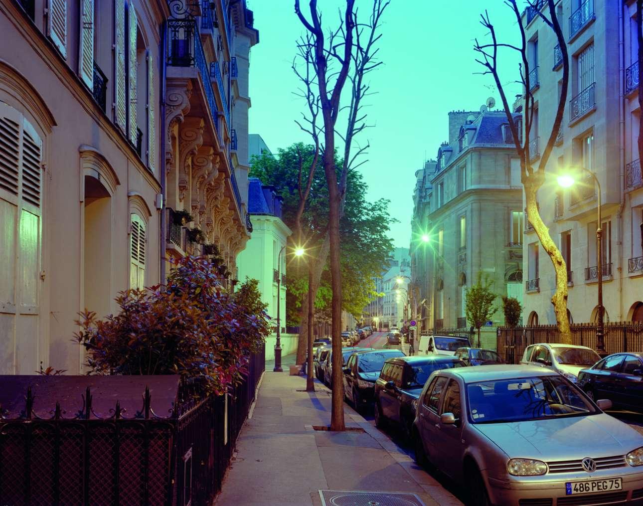 Τζιν Σίμπεργκ, Rue du Général-Appert, Παρίσι, 30 Αυγούστου 1979. Το καλοκαίρι έχει φτάσει στο τέλος του. Η εμβληματική ηθοποιός της Nouvelle Vague κλείνεται μέσα στο Ρενό της, το οποίο είναι παρκαρισμένο σε έναν ήσυχο δρόμο, με αλκοόλ και βαρβιτουρικά. Τυλίγεται κάτω από μια κουβέρτα. Δεδομένου ότι ο δρόμος είναι τόσος ήσυχος, κανείς δεν την προσέχει για εννέα ημέρες. Μέχρι που ένας περαστικός, συνοδευόμενος από σκυλί, ανησυχεί για τη μυρωδιά
