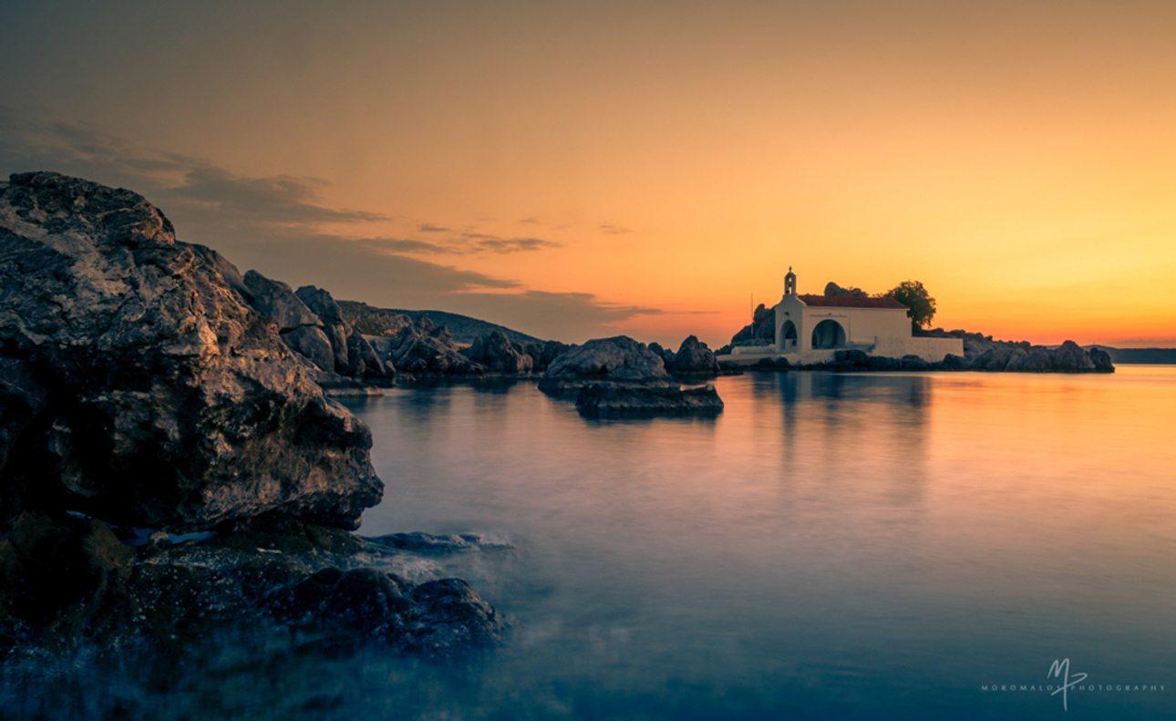 Το εκκλησάκι του Αγίου Ισιδώρου στη Συκιαδά. Το παραθαλάσσιο ξωκλήσι και η απαράμιλλη ομορφιά του προσελκύει τους επισκέπτες της Χίου εδώ και χρόνια