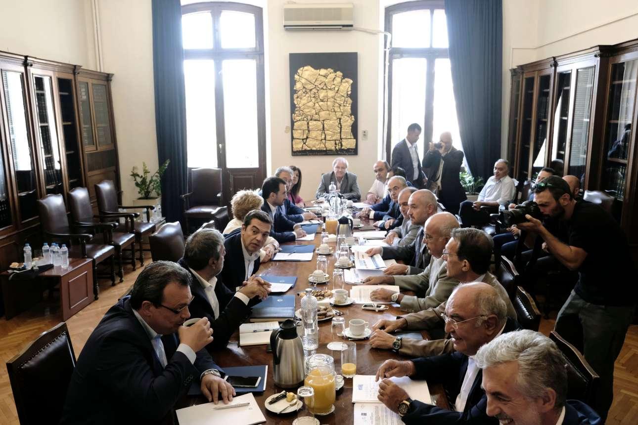 Καφές, χαμόγελα και κουβέντα. Το κυβερνητικό κλιμάκιο υπό τον Πρωθυπουργό (αριστερά) και οι εκπρόσωπο των παραγωγικών φορέων της Θεσσαλονίκης. Συζήτηση επί της ουσίας καμία, «τουλάχιστον γλιτώνουμε τα έξοδα μετάβασης στην Αθήνα» λένε μισογελώντας... (SOOC)