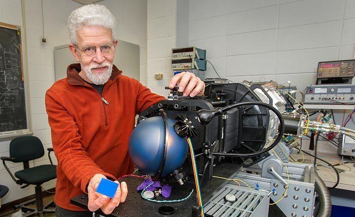 Ο Πολ Ο'Κόνορ φωτογραφίζεται με ένα από τα μέρη της τεράστιας κάμερας του τηλεσκοπίου LSST. Credit: Brookhaven National Lab