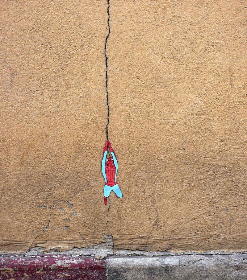 Ο Spiderman ξεπηδάει από τις ρωγμές του τοίχου