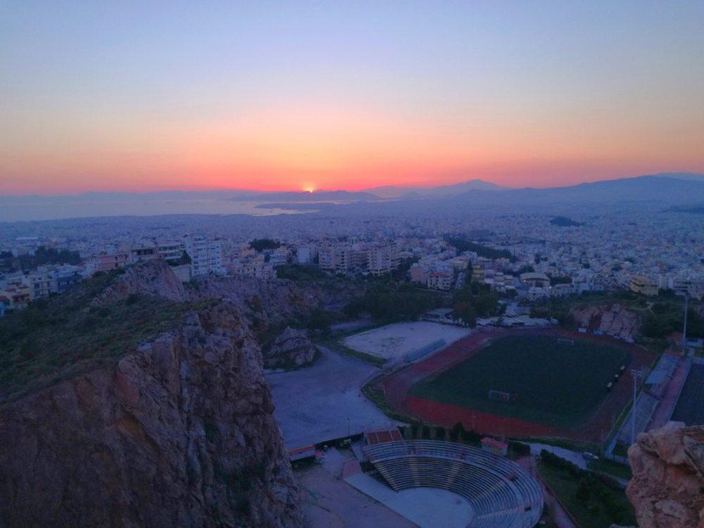 Η θέα από το θέατρο Βράχων την ώρα του δειλινού