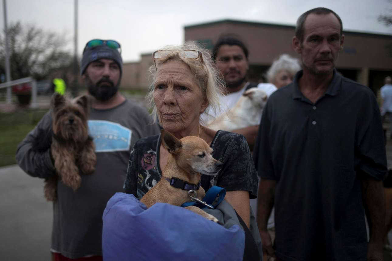 Ανδρες και γυναίκες κατάφεραν να σώσουν τα κατοικίδια τους μετά το καταστροφικό πέρασμα του τυφώνα Χάρβεϊ